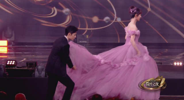 "Xiao Zhan Helped Yang Zi With Her Dress On Weibo Night, ""The Oath Of Love"" CP Is So Sweet."